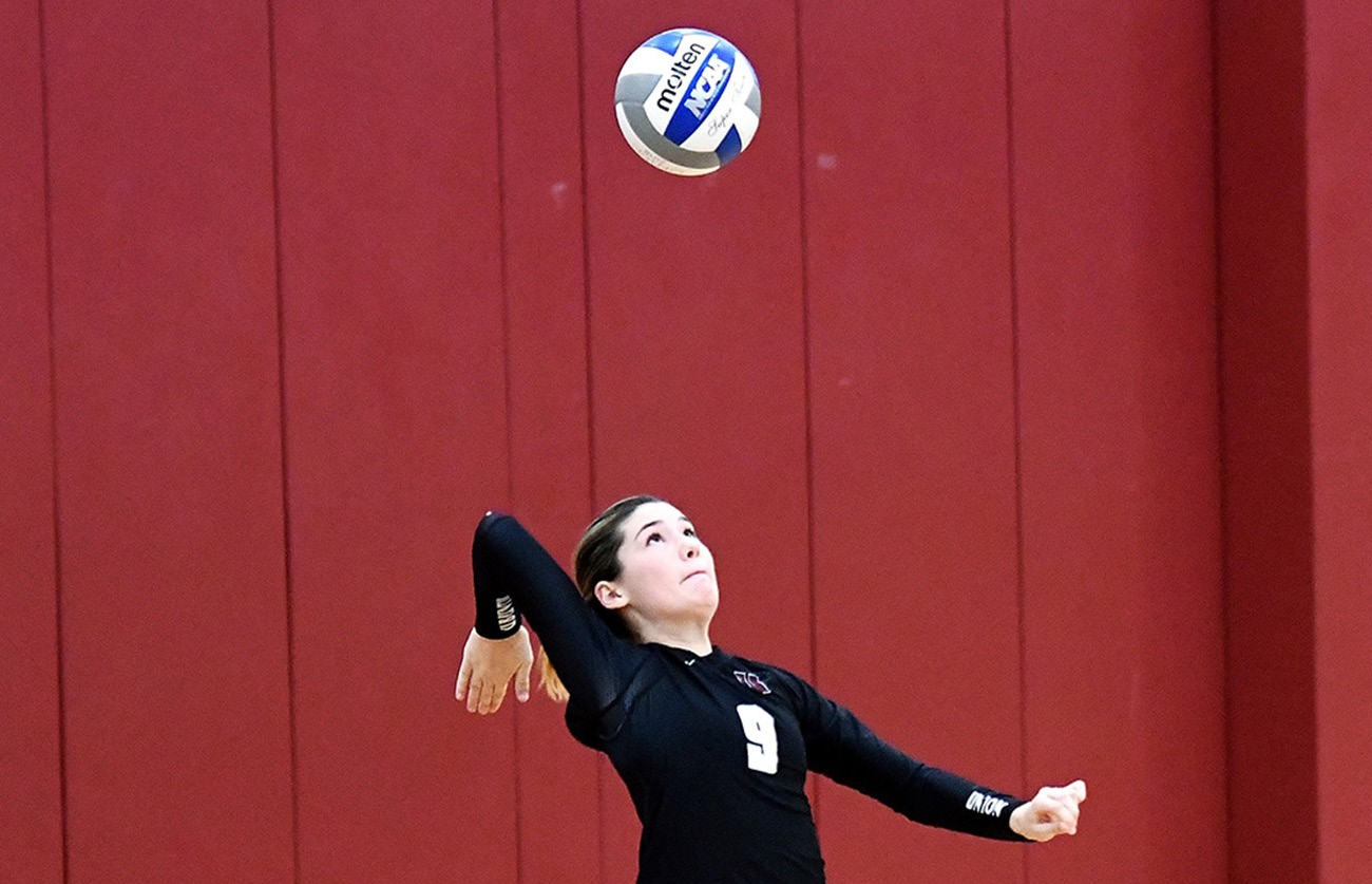 Sage Shimamoto '21 serving for the Dutchwomen against the U.S. Coast Guard Academy.